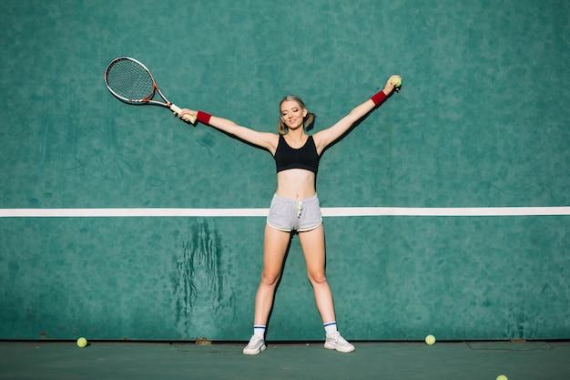 Deportiva mujer en un campo de tenis