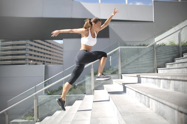 Deportiva mujer corriendo por las escaleras