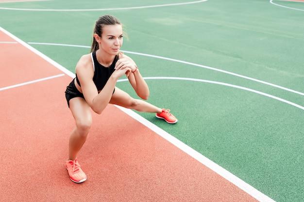 Deportiva mujer entrenando y trabajando en el estadio en la mañana