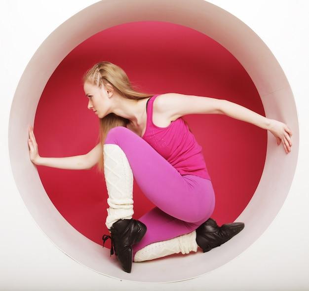 Deportiva mujer posando en círculo rosa