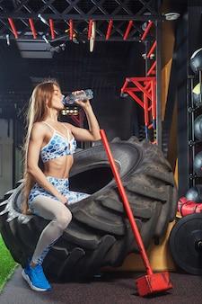 Deportiva mujer posando