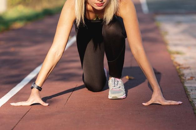 Deportiva mujer preparándose para correr