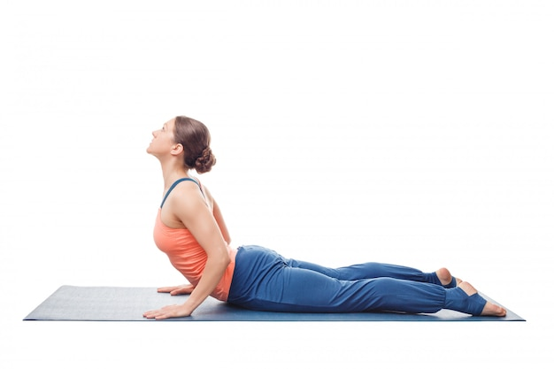 Deportivo fit yogini mujer practica yoga asana bhujangasana