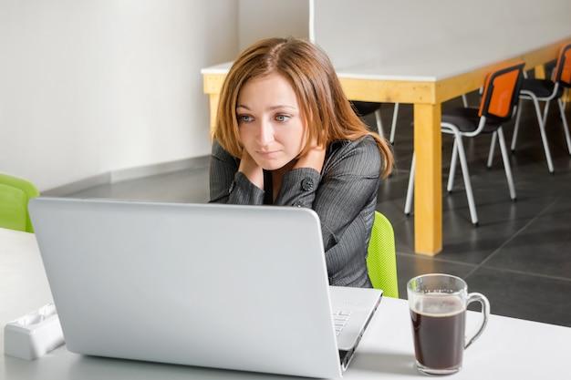 Deprimida empresaria sentado en la computadora