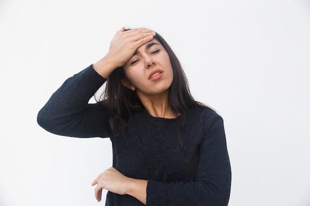 Deprimida mujer infeliz tocando la cabeza