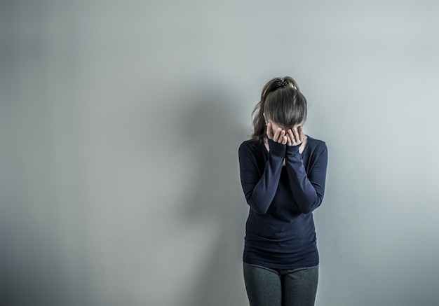 Deprimido con una mujer. la chica está triste en la habitación.