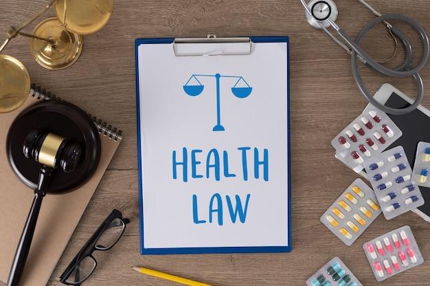 Derecho y elementos clínicos en un escritorio.