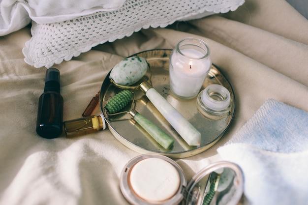 Dermaroller y suero junto a una crema facial antienvejecimiento industria de la belleza primer plano dermaroller para la terapia médica con microagujas.