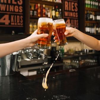 Derramando cerveza