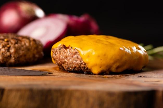 Derretir queso en una hamburguesa hecha a mano. hamburguesa de carne orgánica de granja