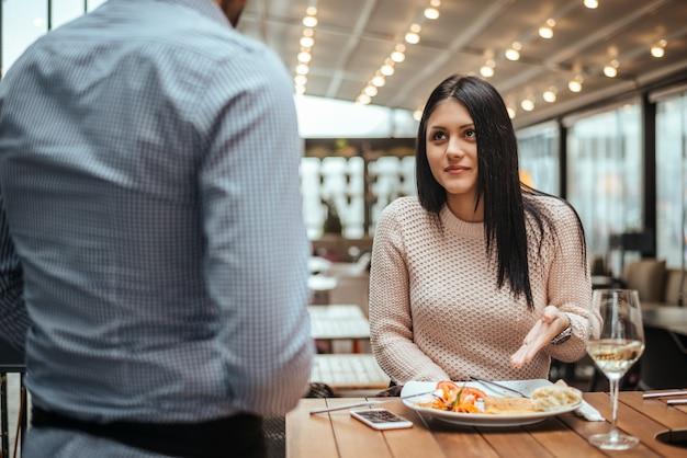 Desacuerdo entre un camarero y un cliente en un restaurante.