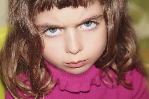 Desafiar outface retrato de niña mirando gesto