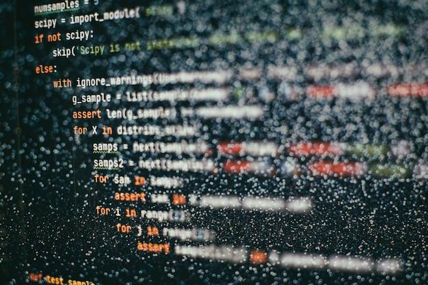 Desarrollador de aplicaciones móviles. proyecto de inicio innovador. código de programación del sitio web. negocio de ti. Foto Premium