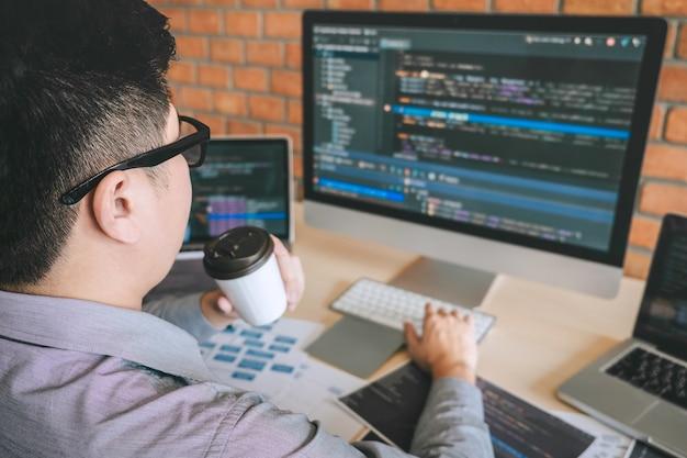 Desarrollador profesional programador que trabaja en el diseño de un sitio web de software y tecnología de codificación, escribiendo códigos y bases de datos en la oficina de la compañía, tecnología de conexión cibernética global