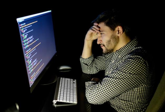 Desarrollador de software estresado con computadora en la oficina en casa