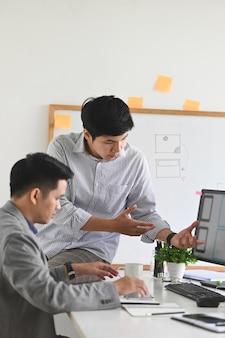 Desarrollador de software reunido con diseñador