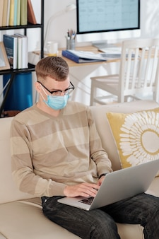 Desarrollador de software trabajando desde casa