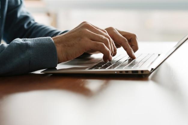 Desarrollador web en el trabajo. creando aplicaciones. hombre codificando en la computadora portátil. programación de software. esfera de ti.