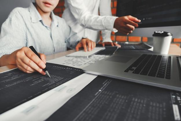 Desarrollando equipo de programadores leyendo códigos de computadora desarrollo diseño de sitio web