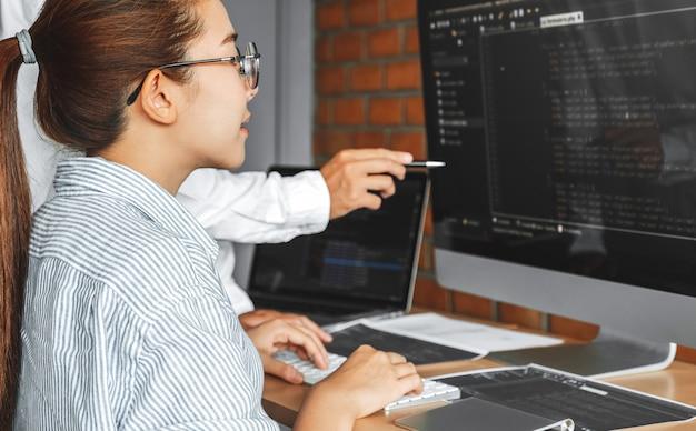 Desarrollando equipo de programadores leyendo códigos de computadora sitio web de desarrollo