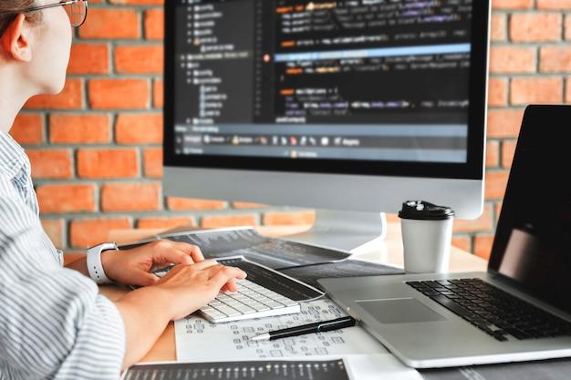 Desarrollando programador concentrado leyendo códigos de computadora desarrollo diseño de sitios web