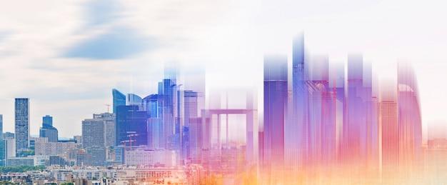 Desarrollo de edificios modernos con luz futurista de colores brillantes.