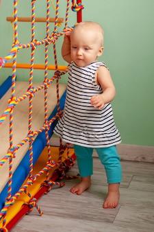 Desarrollo físico del niño. complejo de gimnasio deportivo para niños en casa. ejercicio en simulador. estilo de vida saludable
