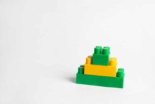 Desarrollo infantil, bloques de construcción y construcción, bloques verdes y amarillos.