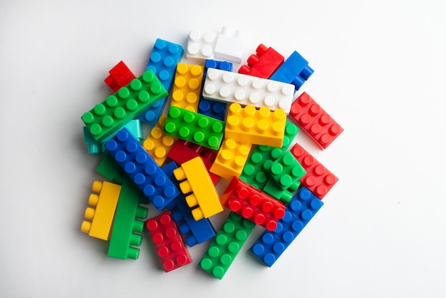 Desarrollo infantil, bloques de construcción, construcción de edificios y camiones.