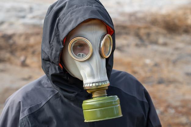 Desastre ambiental. sobreviviente post apocalíptico en máscara de gas