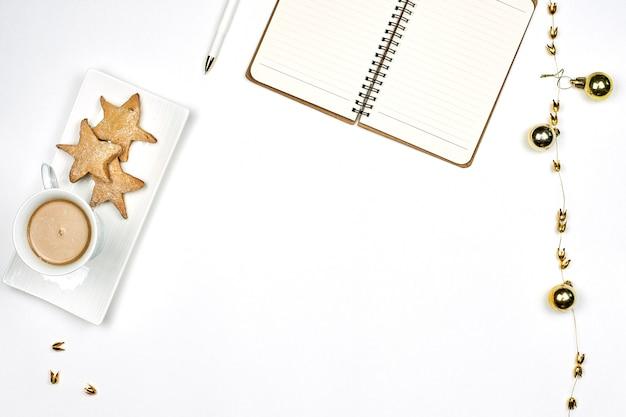 Desayunando en la mañana de navidad. beber café con galletas en el trabajo. espacio de trabajo luminoso