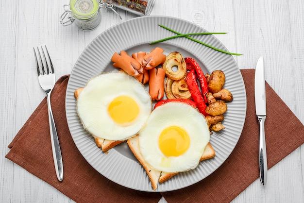 Para desayunar huevos fritos, verduras a la parrilla y salchichas