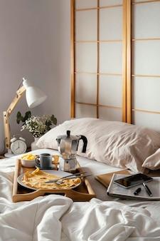 Desayuno de alto ángulo en la cama con panqueque