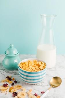 Desayuno de alto ángulo con copos de maíz