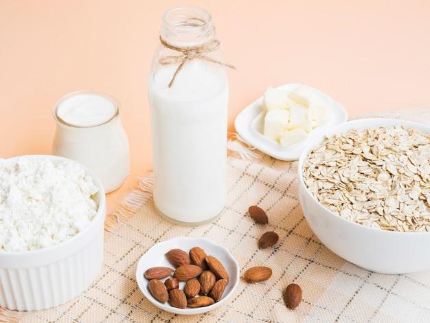 Desayuno con avena, leche y almendras