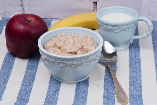 Desayuno avena, manzana, plátano, leche.