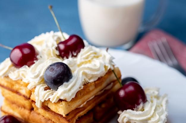 Desayuno, bizcocho con cerezas y leche.