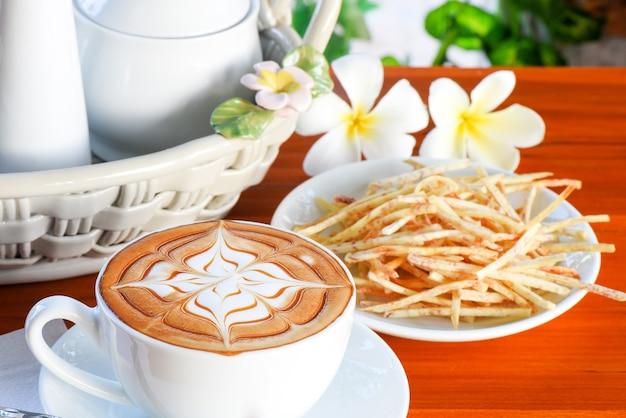 Desayuno café capuchino con batata para un saludable