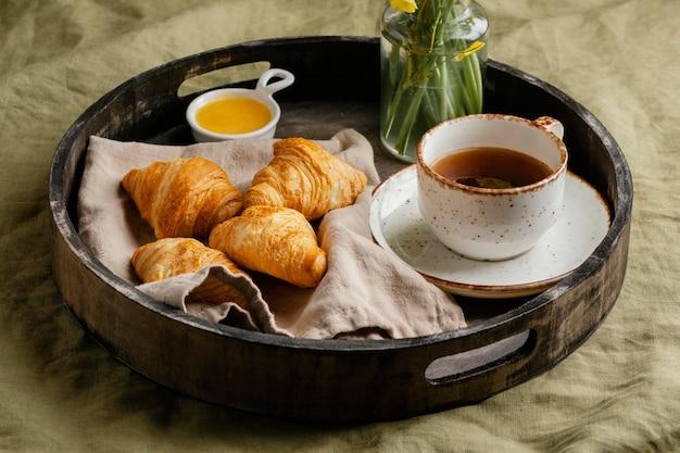 Desayuno de café y croissant de ángulo alto