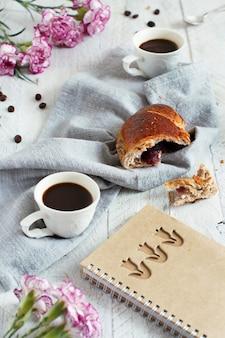 Desayuno con café y croissant de cerca con granos de café