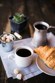 Desayuno de café y croissant por la mañana.