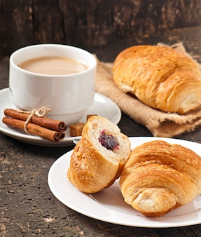 Desayuno con café y cruasanes recién hechos.