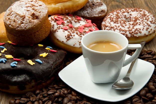Desayuno con café y donuts.