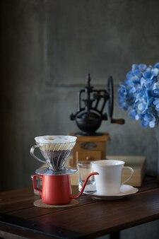 Desayuno con café goteando en la mañana