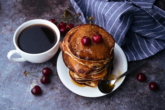Desayuno de café y panqueques.