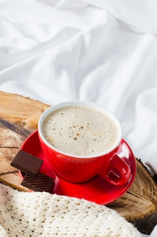 Desayuno en la cama. cappuccino y chocolate.