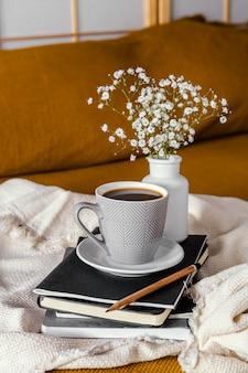 Desayuno en la cama taza de café y flores.