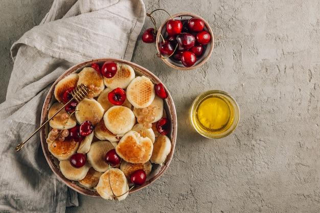 Desayuno casero de moda con pequeños panqueques