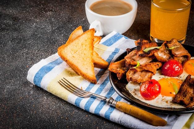 Desayuno casero tradicional inglés americano, huevos fritos, tostadas, tocino
