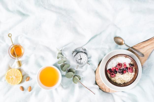 Desayuno con cereales en la cama